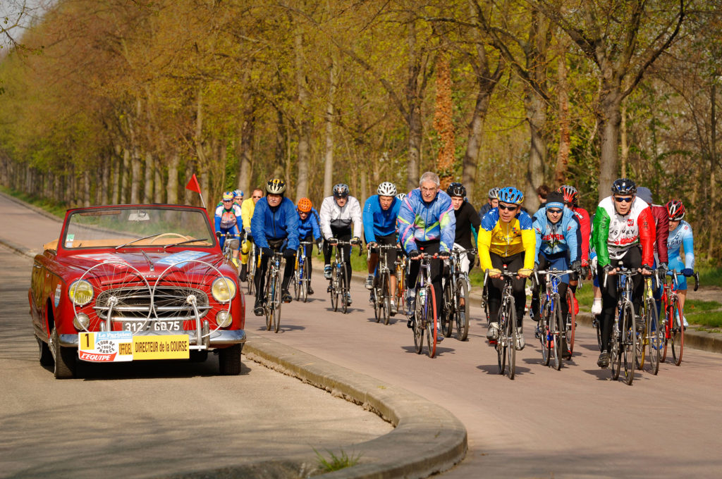 photo peugeot 304cabriolet et cyclistes
