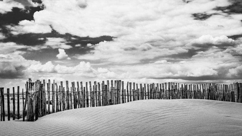 dunette de sable et barriere en bois