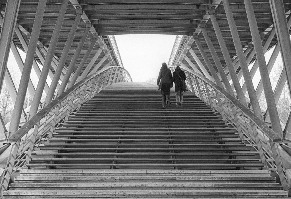 photo noir et blanc pont promeneur